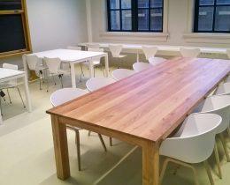 leslokaal met tafels en stoelen